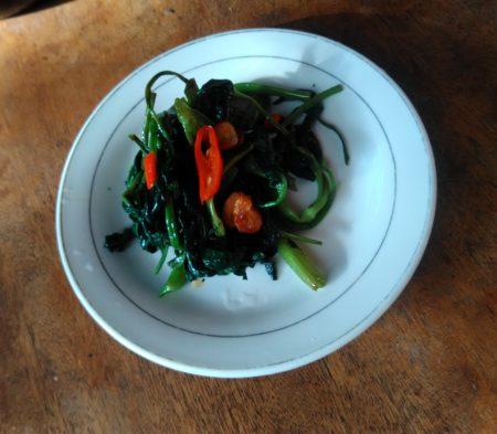 空芯菜をにんにくと唐辛子と一緒に炒めました