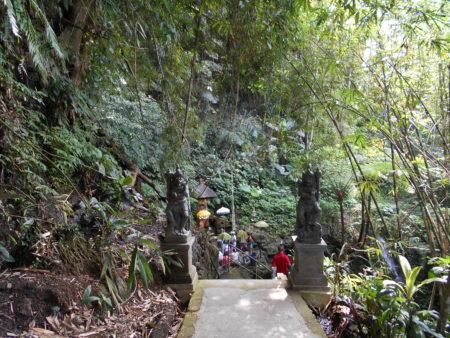 グヌンカウィスバトゥ。滝まで降りていく道