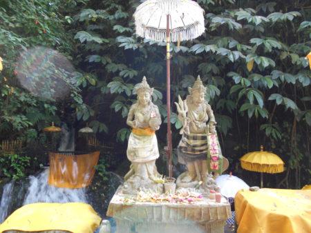グヌンカウィスバトゥにいる2体の彫刻