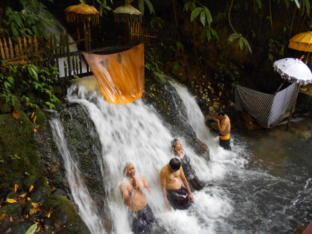 グヌンカウィスバトゥ。それぞれが自由に滝行をします。