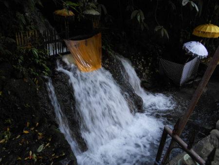 グヌンカウィスバトゥ。実際に滝を浴びる場所